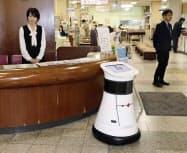 市役所の案内で待機する自律走行型ロボット(15日午前、岐阜県大垣市)=共同