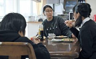 職員(中)と一緒に昼食をとる子供たち(東京都小平市の二葉むさしが丘学園)