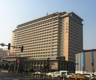 習近平氏と金正恩氏が2日目の会談をした北京飯店。大通りを挟んだ手前にある中国商務省には米国の次官級交渉団が陣取っていた