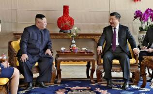 北京飯店で言葉を交わす北朝鮮の金正恩朝鮮労働党委員長(中央左)と中国の習近平国家主席=同右(9日、北京)=新華社・共同