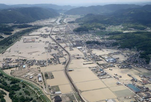 気候変動は過去に例のない大雨を各地にもたらしている(18年7月、西日本豪雨に見舞われた岡山県倉敷市真備町)