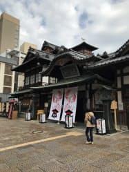 保存修理工事が始まった道後温泉本館(15日、松山市)