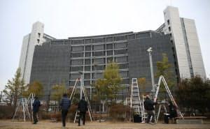 ゴーン元会長が勾留されている東京拘置所前に集まった報道陣(15日午前、東京都葛飾区)