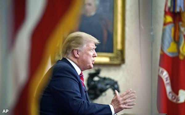 「国境の壁」建設を国民向けTV演説で訴えるトランプ米大統領(8日、AP)