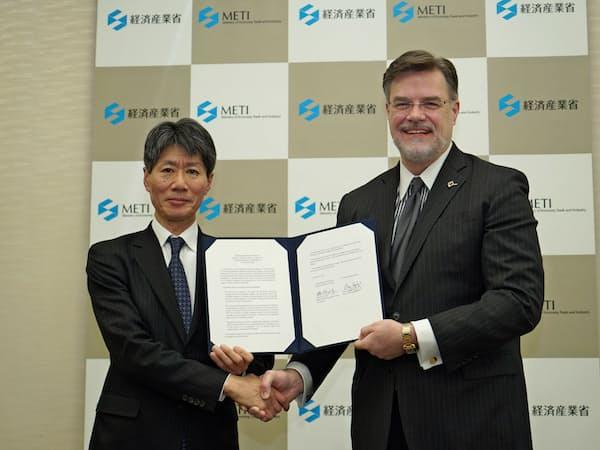 ボーイングのハイスロップCTO(右)は経産省と次世代航空機の開発協力で協定を結んだ。(15日、都内)