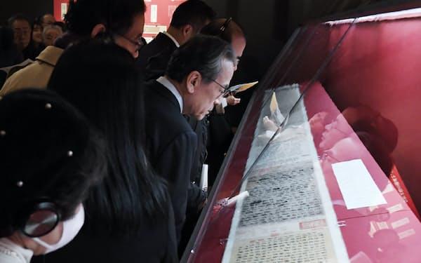 「顔真卿 王羲之を超えた名筆」の内覧会を訪れた人たち (15日、東京都台東区の東京国立博物館)
