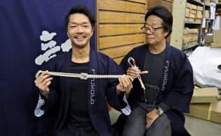 組みひもで新たな挑戦を続ける龍工房の福田隆社長(右)と息子の隆太氏(東京都中央区)