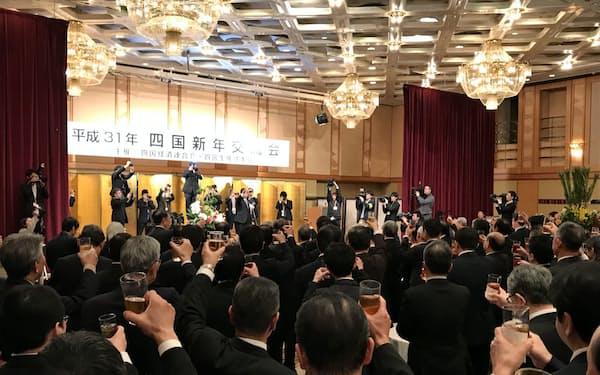 企業のトップなど約470人が参加した(15日、高松市)