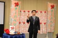千葉県産イチゴをPRする森田健作知事(15日、千葉市内)