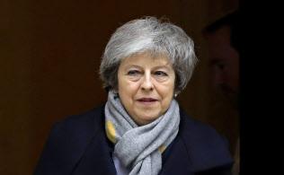 英議会採決に向けた閣議を終え、官邸を出るメイ英首相(15日、ロンドン)=AP