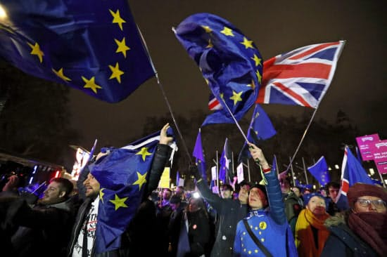 EU離脱案採決後、デモを行う人たち=AP