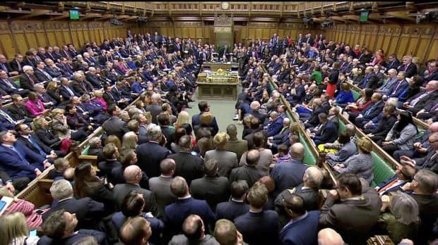 15日、EUとの離脱合意案の採決を終えた英下院の議場=ロイター