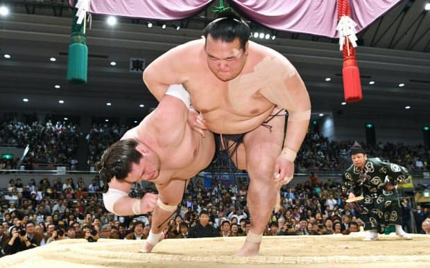 優勝決定戦で大関照ノ富士を下し、2場所連続2度目の優勝を決める