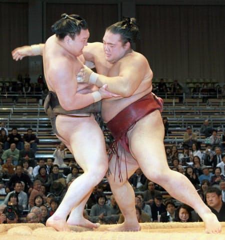 2010年の九州場所2日目、白鵬(左)の連勝記録を63で止める