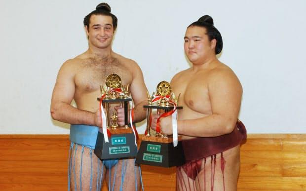 2005年の秋場所で琴欧州(左)とともに敢闘賞を受賞