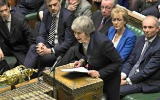 EUとの離脱合意案が圧倒的大差で否決され、英下院で発言するメイ首相(15日、ロンドン)=英下院提供・AP