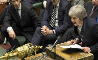 英議会の否決を受け「EU離脱を求めた国民投票の結果を実行することが私の責務だ」と述べたメイ首相(15日)=AP
