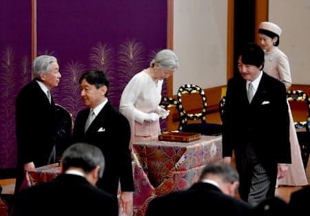 天皇、皇后両陛下、皇族などが出席して行われた歌会始の儀(16日午前、皇居・宮殿「松の間」)=代表撮影