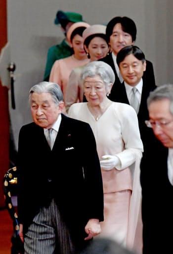 天皇、皇后両陛下、皇族方などが出席して行われた歌会始の儀(16日午前、皇居・宮殿「松の間」)=代表撮影