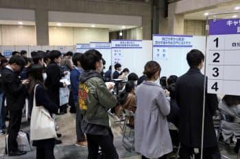 来春入社予定の学生の内定率は前年より1カ月ほど早いペース(13日、東京都江東区での就活イベント)