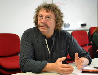 取材に応じるCGTルノー代表、ファビアン・ガシュ氏(15日、パリ郊外)