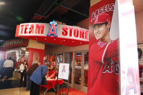 エンゼルスタジアムの目立つ場所にある大谷選手のポスター(米アナハイム)