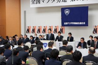 16日、広島市内で開いたマツダ労連の中央委員会であいさつする久重会長