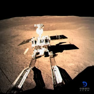 中国の月探査機「嫦娥4号」から分離した探査車「玉兔(ぎょくと)2号」。中国国家航天局が3日公開した=新華社・共同