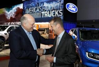 VWのディース社長(右)とフォードのハケットCEO(14日、北米国際自動車ショー)=AP
