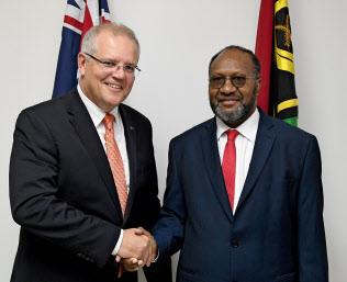 豪首相としては29年ぶりにバヌアツを訪問したモリソン氏(左)(16日、ポートビラ)=AAP
