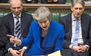 16日、英議会で野党に自身の政策を訴えるメイ首相=AP