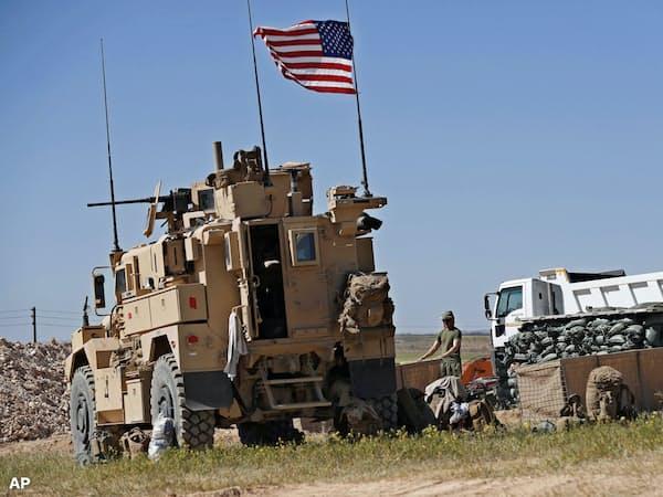 2000人の米兵がシリアに駐留している(18年、シリア北部マンビジュ)=AP