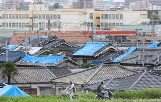 大阪北部地震では多くの住宅が被害を受けた(2018年6月、大阪府高槻市)