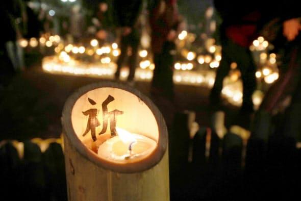 竹灯籠に書かれた「祈」の文字(17日午前、神戸市中央区)