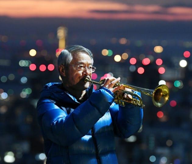 追悼の思いを込め演奏するトランペット奏者の松平晃さん(76)=17日午前、神戸市中央区