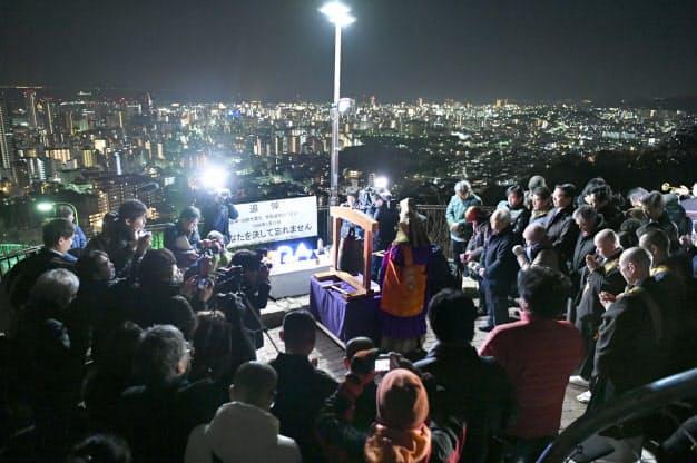 犠牲者の冥福を祈り、黙とうする参列者(17日午前、神戸市中央区)