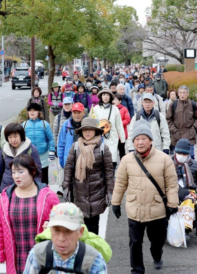 復興した市街地を歩く参加者(17日午前、兵庫県西宮市)
