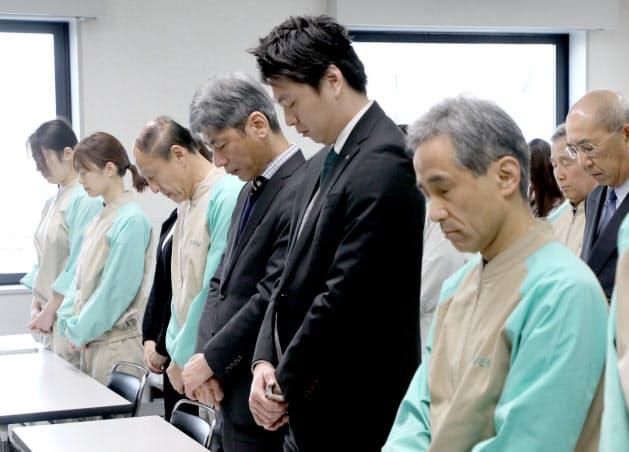 朝礼で黙とうする中嶋さん(前列右から3人目)=17日午前、神戸市