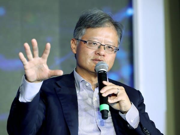 「日経フォーラム イノベーティブアジア」で討論する米ヤフー創業者のジェリー・ヤン氏(17日午前、シンガポール)=三村幸作撮影