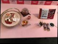 ポッキーを使ったケーキなどで大人の需要を開拓する(17日、東京都目黒区)