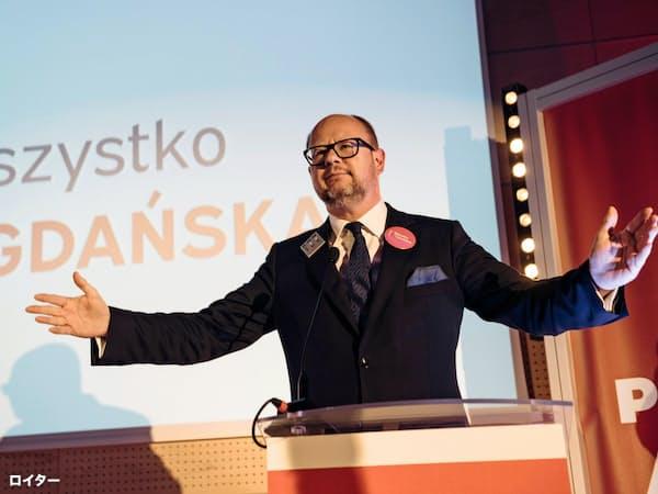 チャリティーイベントに登壇したグダニスク市のアダモビッチ市長。演説後、27歳の容疑者に刺殺された=ロイター