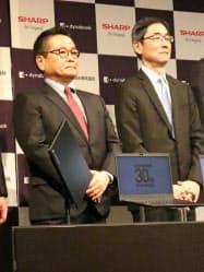 記者会見するダイナブックの石田会長(左)と覚道社長