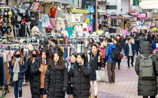 ソウルの繁華街を歩く韓国の若者
