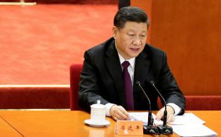 経済成長の減速を受け、景気のてこ入れを急いでいる(18年12月、北京の大会で発言する習近平国家主席)=ロイター