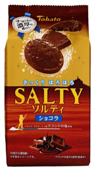 東ハトが発売する「ソルティ・ショコラ」。塩の配合割合などを見直した