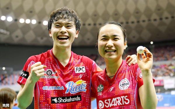 混合ダブルスで2連覇を果たし、笑顔で喜ぶ森薗(左)、伊藤組(17日、丸善インテックアリーナ大阪)=共同