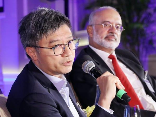 討論する中国騰訊控股(テンセント)系の深圳前海微衆銀行(ウィーバンク)のヘンリー・マーCIO(左)とシンガポール銀行最大手DBSグループ・ホールディングスのピユシュ・グプタCEO(17日、シンガポール)=三村幸作撮影