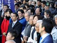 街頭演説を聞く有権者や支援者(17日、名古屋市中区)