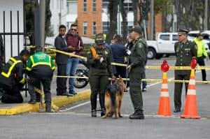17日、爆破テロの現場近辺を捜査する警官(ボゴタ)=ロイター