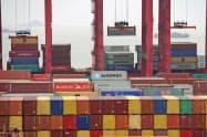 中国・上海のコンテナ港=ロイター